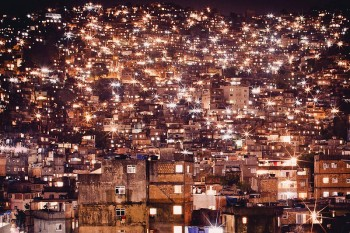Rocinha at night. Photo by Kay Fochtmann. www.kayfochtmann.de